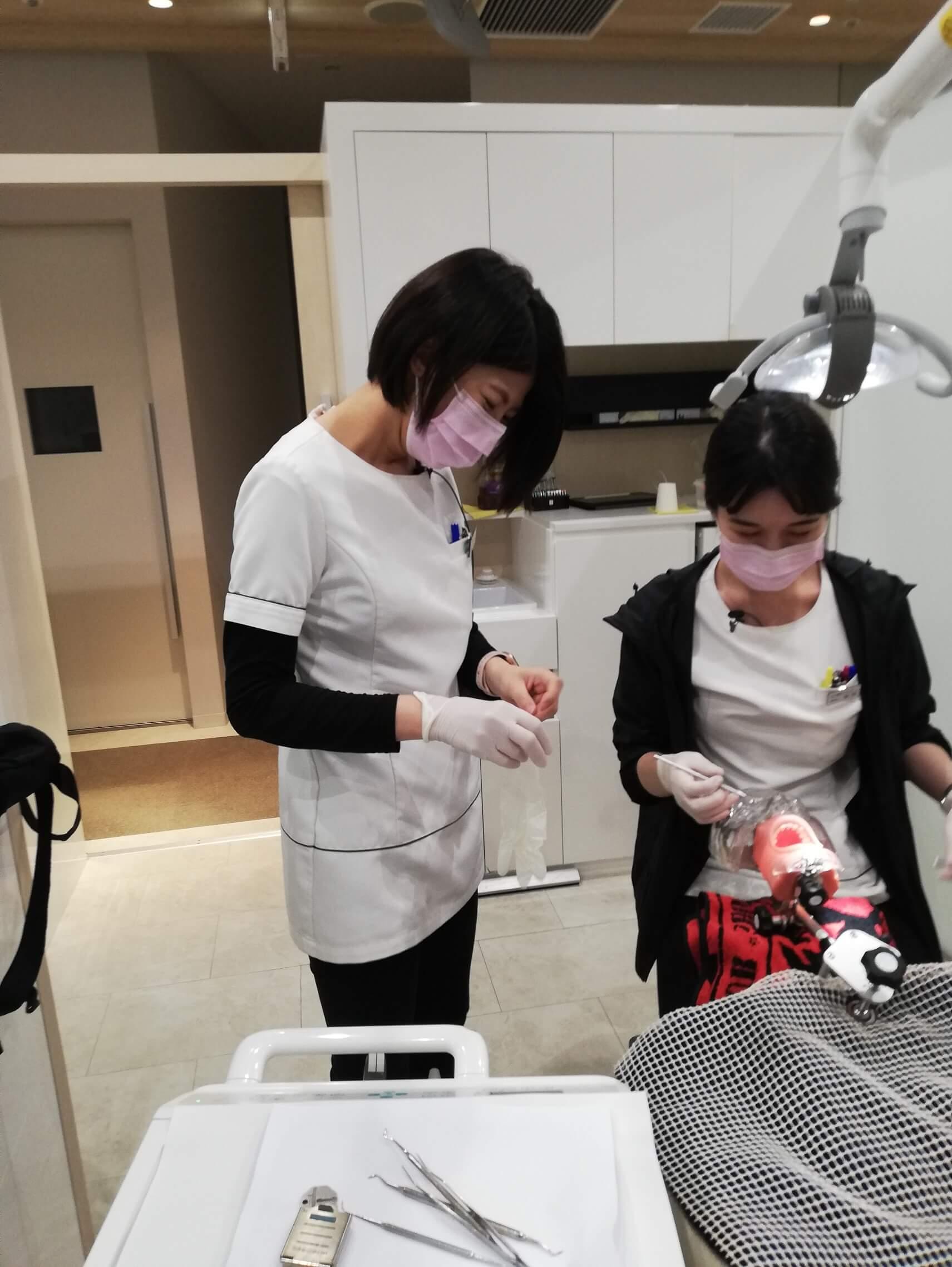 夜に新人歯科医師と衛生士が治療の練習!
