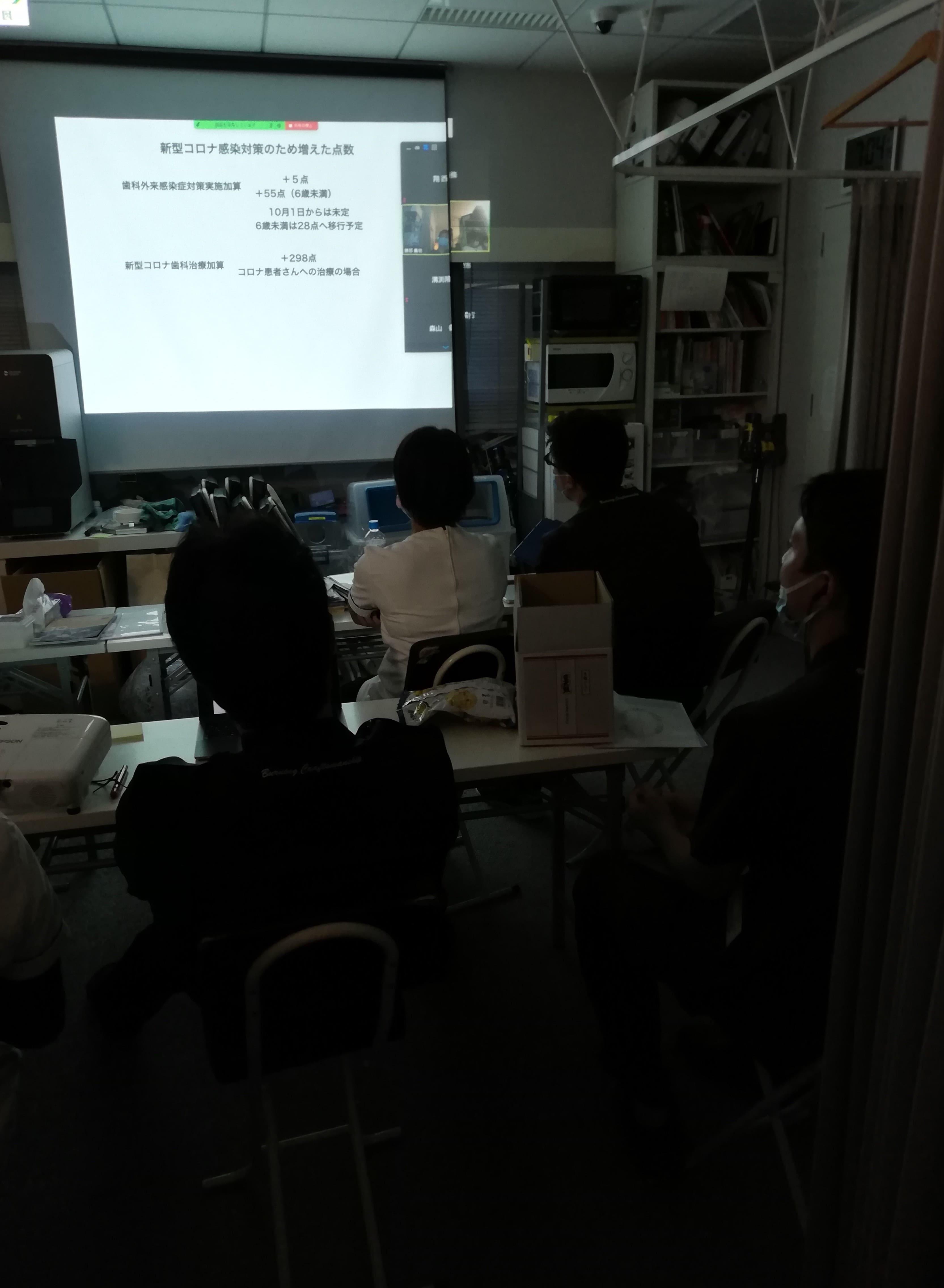 診療後に術者が集まって勉強会を開催しました